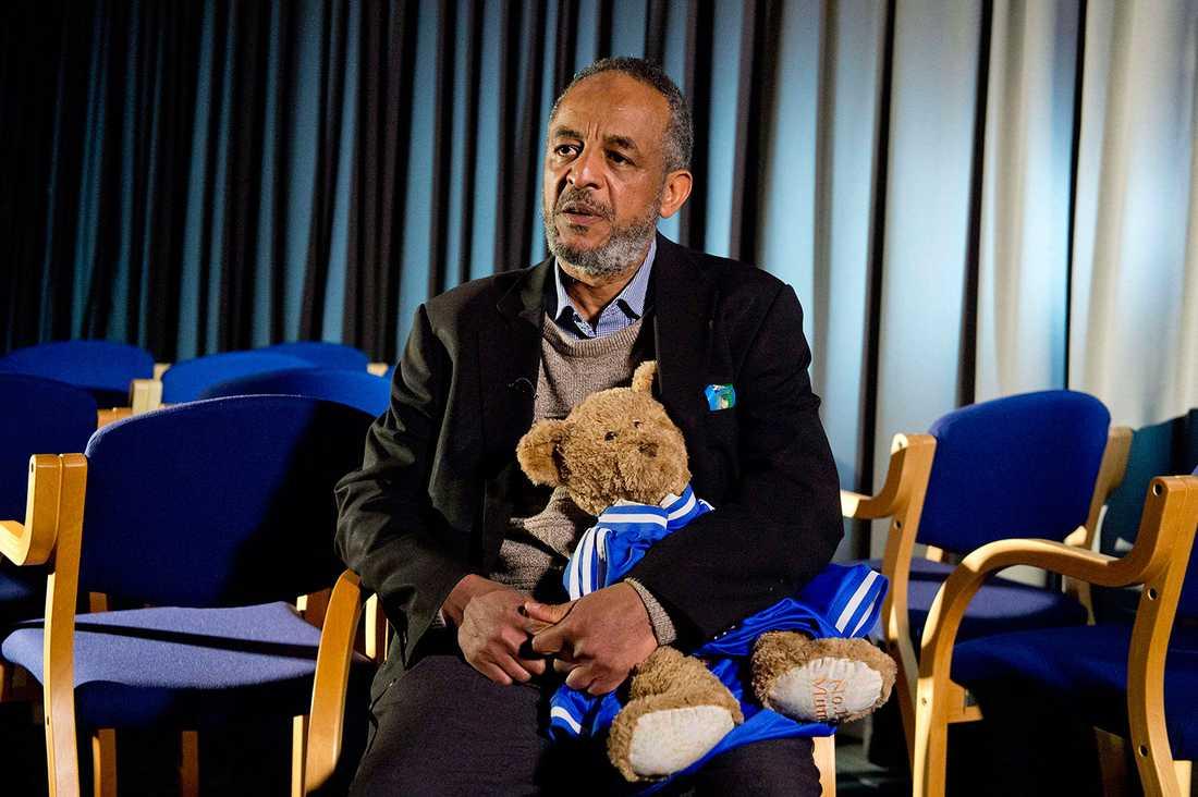 Pappan Abase Hussen vädjade i tv med sin dotters nallebjörn i famnen.