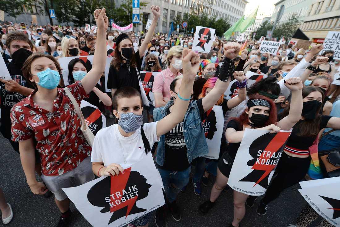 Tusentals människor i Warszawa demonstrerade på fredagen mot regeringens planer på att dra sig ur Istanbulkonventionen.