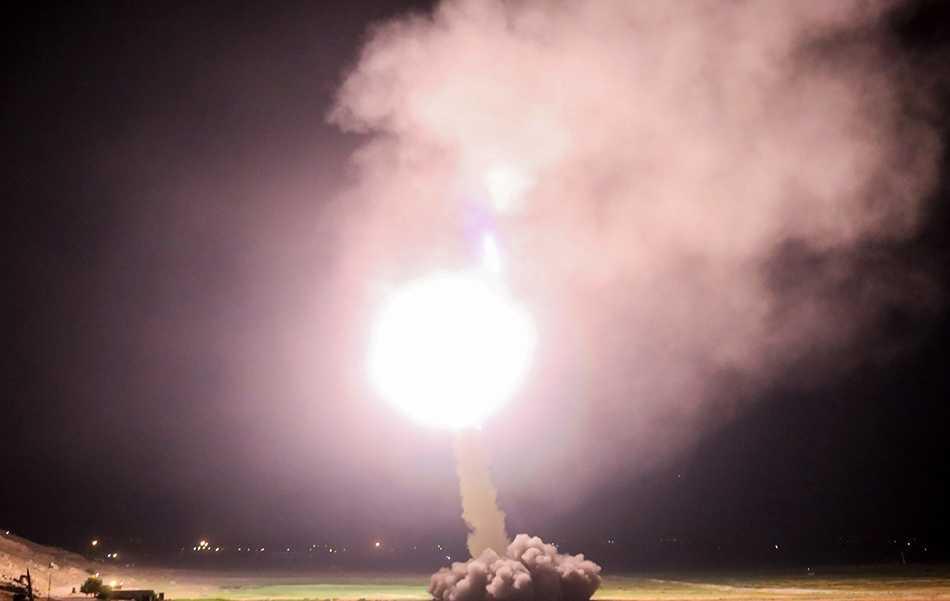 """Revolutionsgardet i Iran meddelade under kvällen att de avfyrat missiler mot """"terrorbaser i Syrien"""". Bilden kommer från Irans statliga television IRIB och släpptes under söndagskvällen."""