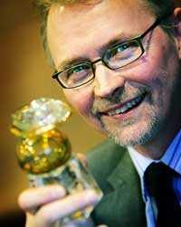 Per-Åke Hedlund med den Guldnapp som HTF förärade honom med förra året, i egenskap av vd för Picab i Jokkmokk –Sveriges mest familjevänliga företag.