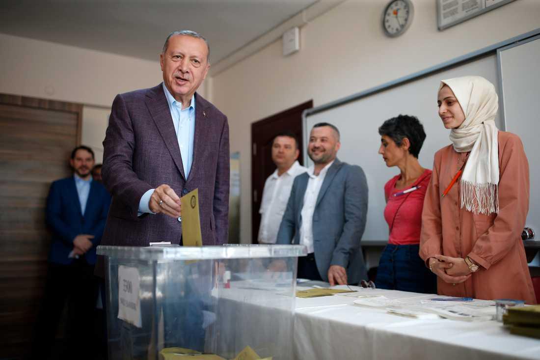 Turkiets president Recep Tayyip Erdogan röstar i en vallokal i Istanbul.