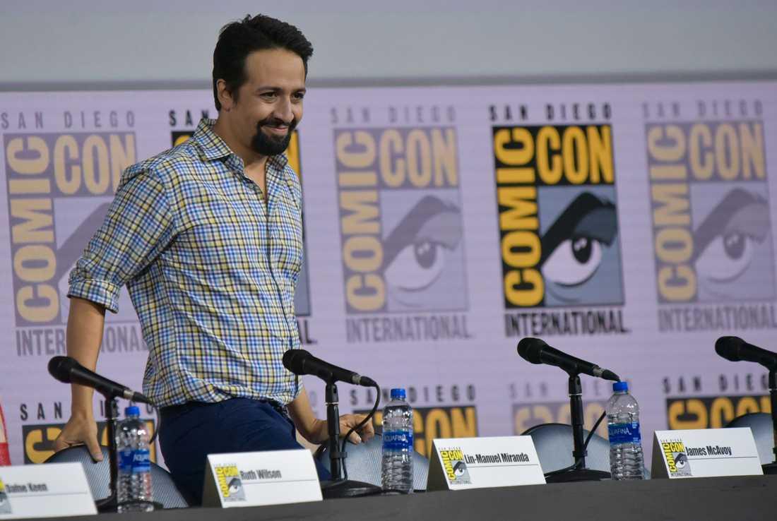 Lin-Manuel Miranda gör den engelska rösten till Fenton Spadrig och hans alias Gizmokvack.