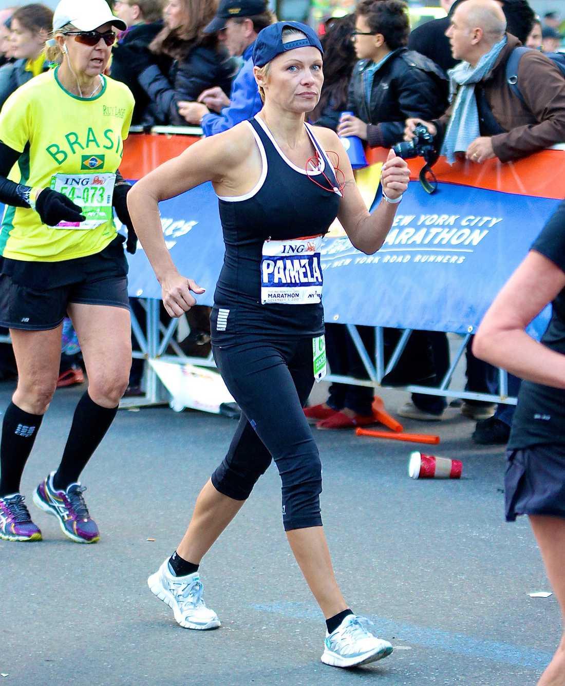 Pamela Anderson sprang New York-maraton tillsammans med sin bror Gerry.