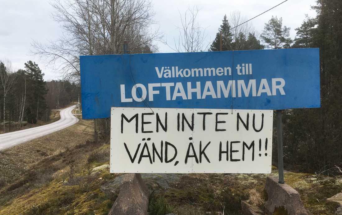 Den här texten möttes bilister som körde in i Loftahammar på lördagen av.