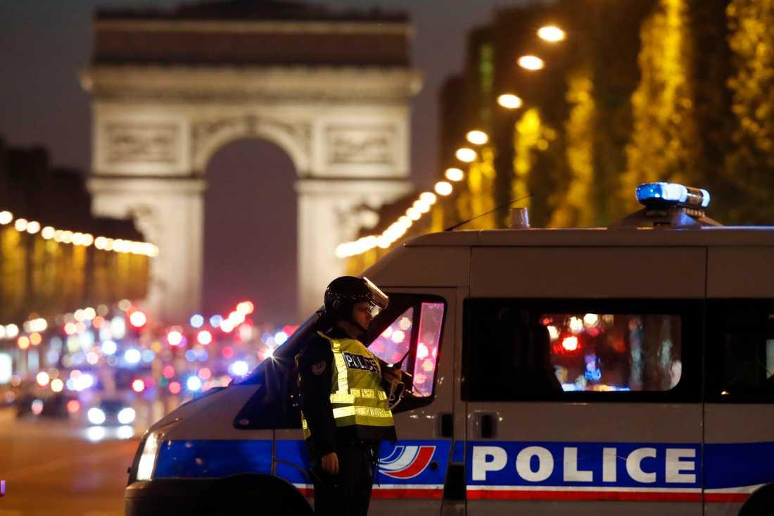 37-årig polis dödades i attacken i Paris.