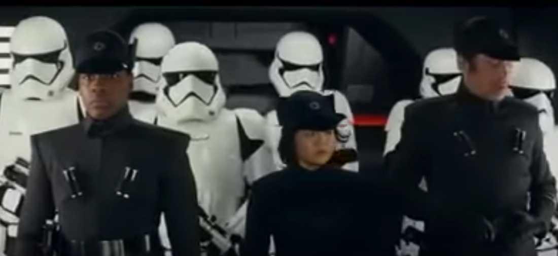 """Prins Harry och prins William som stormtroopers i """"Star wars: the last jedi"""", till vänster i bild."""