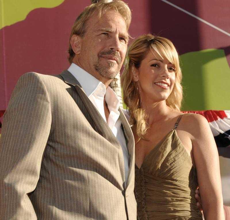 Föräldrar igen Kevin Costner och hustrun Christine Baumgartner.