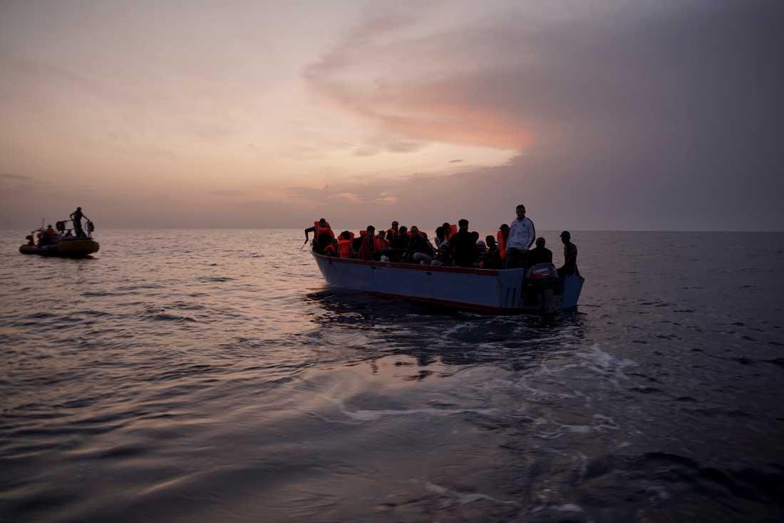 Migranter på en överbelastad träbåt i Medelhavet, fotograferade 2019.