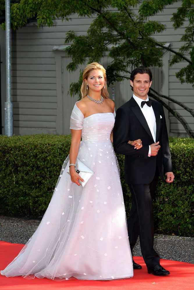 Bröllopsfestligheter Prinsessan Madeleine har tillfälligt återvänt till Sverige för storasysters bröllop. Här ses prinsessan och storebror prins Carl Philip på väg till regeringens middag, den 18 juni 2010 på Skeppsholmen, inför bröllopet mellan kronprinsessan Victoria och prins Daniel.