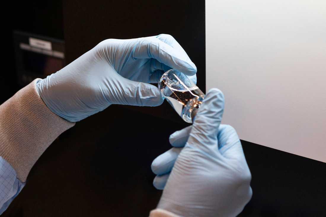 Forskarna på KI har jämfört effekten av det nya läkemedlet med remdesivir.