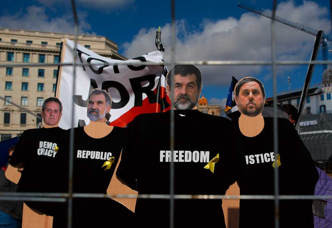 Bilder på Joaquim Forn, Oriol Junqueras, Jordi Cuixart och Jordi Sànchez under en demonstration i centrala Barcelona förra året mot fängslandet av de katalanska ledarna. Arkivbild.