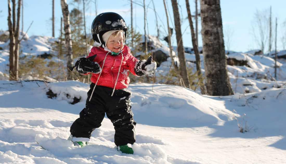 Ettåriga Elly åker redan snowboard.
