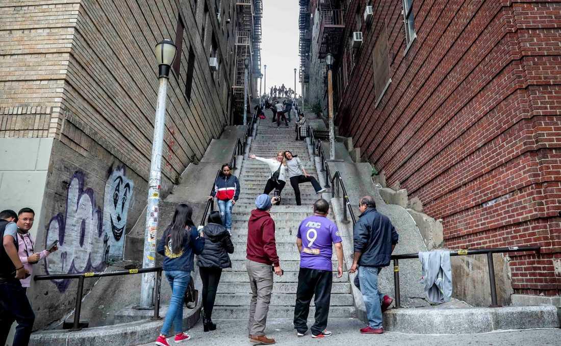 Fans poserar i trappan mellan Shakespeare och Anderson Avenues i Bronx.