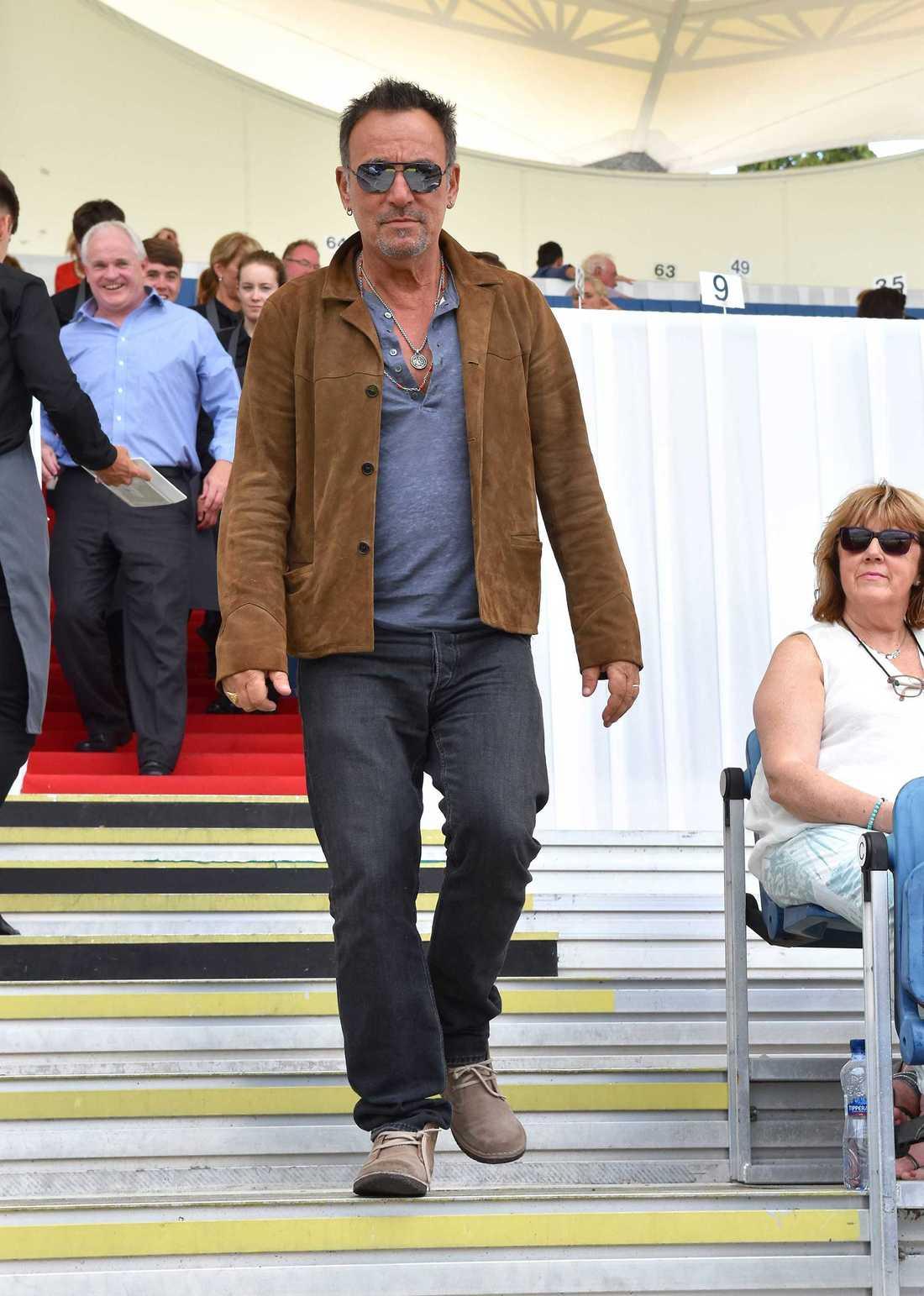 Bruce på plats för dotterns ridtävling i Dublin.
