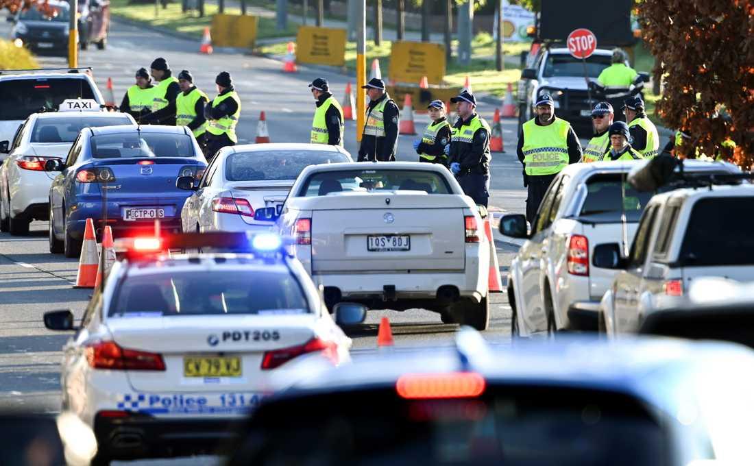 Polis vid gränsen mellan delstaterna Victoria och New South Wales i Australien. Victoria och dess huvudstad Melbourne har återgått till strängare restriktioner för att motverka spridningen av coronaviruset. Bland annat stängdes gränsen mellan delstaterna häromdagen.