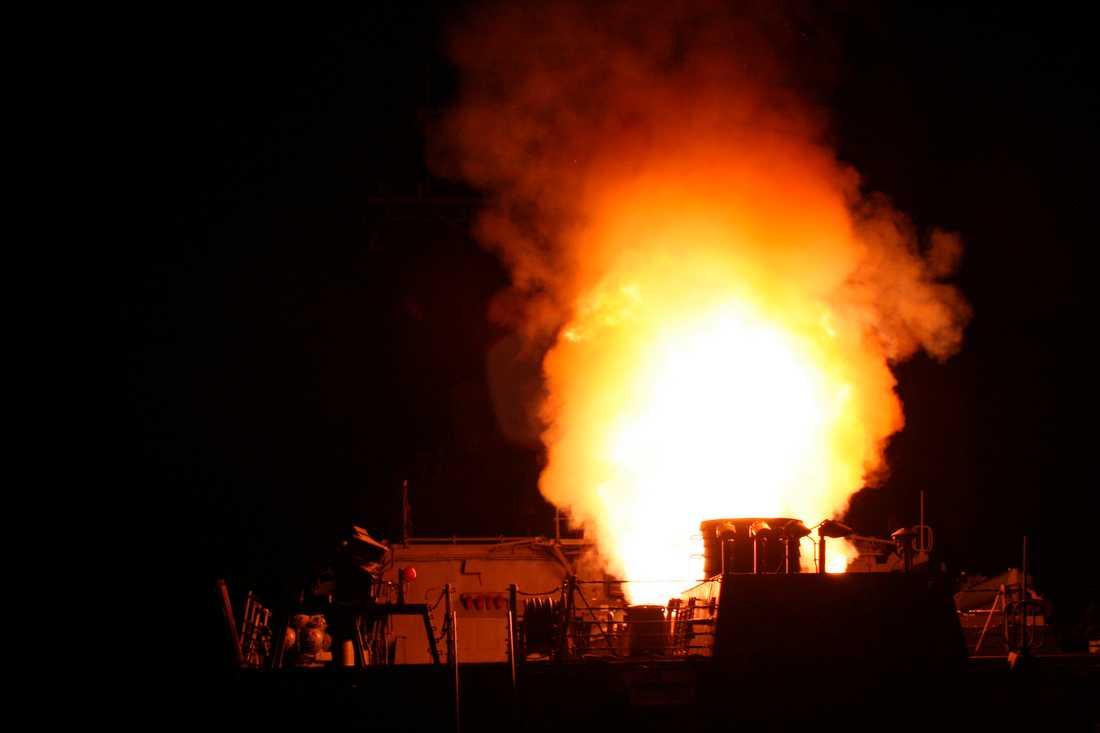 """ELD 112 kryssningsmissiler avfyrades i går från fartyg och ubåtar i Medelhavet mot mål i Libyen. """"Hela Medelhavet och norra Afrika har blivit ett slagfält på grund av detta barbariska korståg"""", sa Gaddafi i går."""