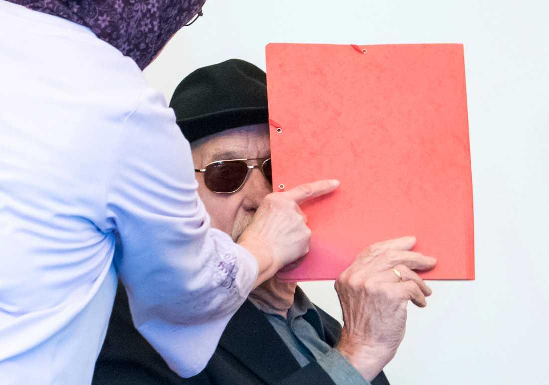 Bruno Dey, 93, i rättssalen i Hamburg förra oktober. Han är en av två före detta vakter i koncentrationslägret Stutthof som står inför rätta för medhjälp till mord på fångarna. Den andra vakten, en 95-åring vars identitet inte har offentliggjorts, åtalas för krigsbrott.