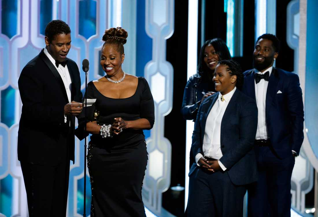 Denzel Washington vann hederspriset Cecil B DeMille award och drog med sig nästan hela familjen upp på scenen.