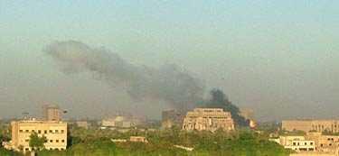 Rökpelare syntes över Irak på söndagsmorgonen.