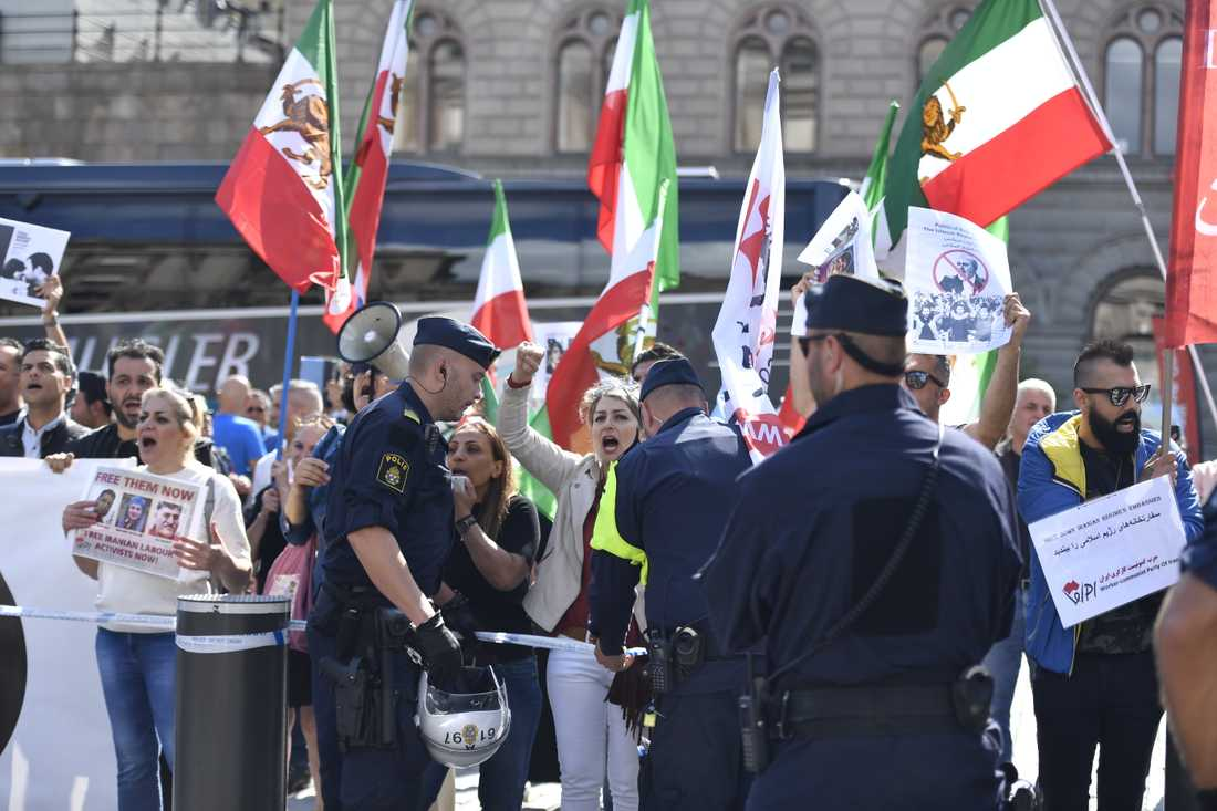 Demonstration på Mynttorget i Stockholm mot Irans utrikesminister Javid Zarifs besök i Sverige.