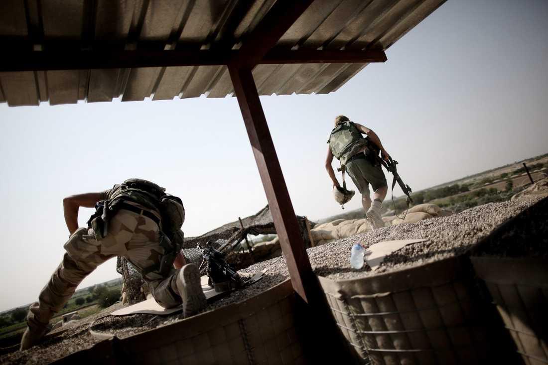 Soldaterna beger sig ut på sina posteringar på kullen.