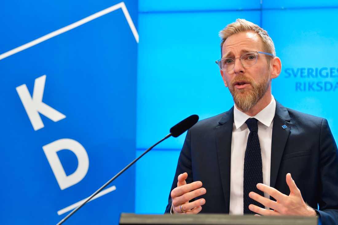 Jakob Forssmed (KD) kommenterar regeringens budgetproposition under en pressträff i riksdagen.