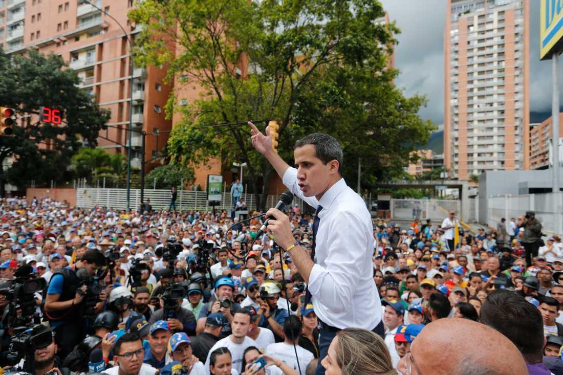 Han har folkets stöd, Venezuelas oppositionsledare Juan Guaidó. Samtidigt börjar oppositionen att ledsna på den långa kampen mot president Nicolás Maduro, som fortfarande sitter kvar – ett halvår efter att Guaidó utropade sig själv till interrimspresident. Bild från den 5 juli.