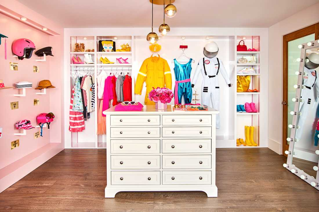 Vad vore Barbies hus utan en garderob full av kläder?