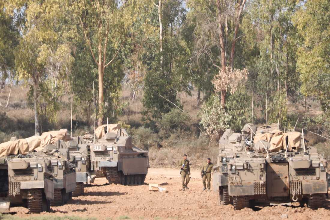 Israeliska soldater och pansarfordon nära gränsen till Gazaremsan på torsdagen.