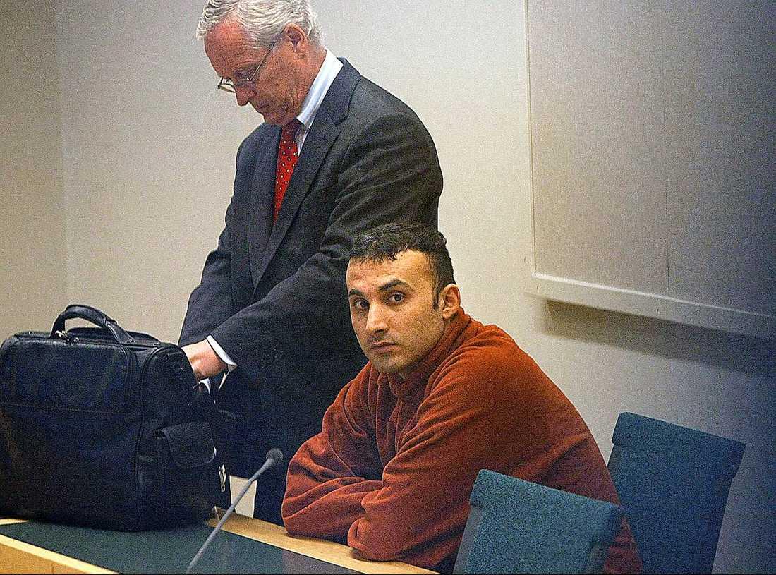 Kenan Capanoglu Mördade sin före detta flickvän, som var handikappad och satt i rullstol, med minst 40 knivhugg. Hon hade åkt hem till honom i Norsborg utanför Stockholm för att hämta sin mobiltelefon. Den ettåriga dottern var med. Dömd 2010