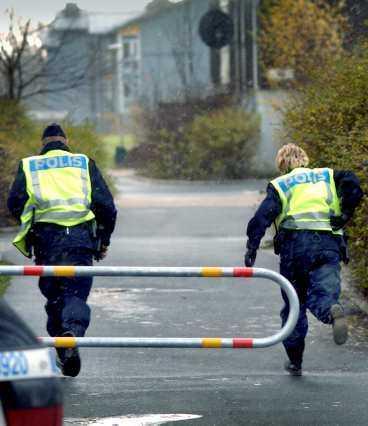 Polis på språng Poliser i Kristianstad springer mot brottsplatsen för att gripa mannen som slog ihjäl sin före detta fru i går. Han stod lugnt och väntade på dem och lät sig gripas. Senare erkände 54-åringen att han knivmördat den 45-åriga åttabarnsmamman.