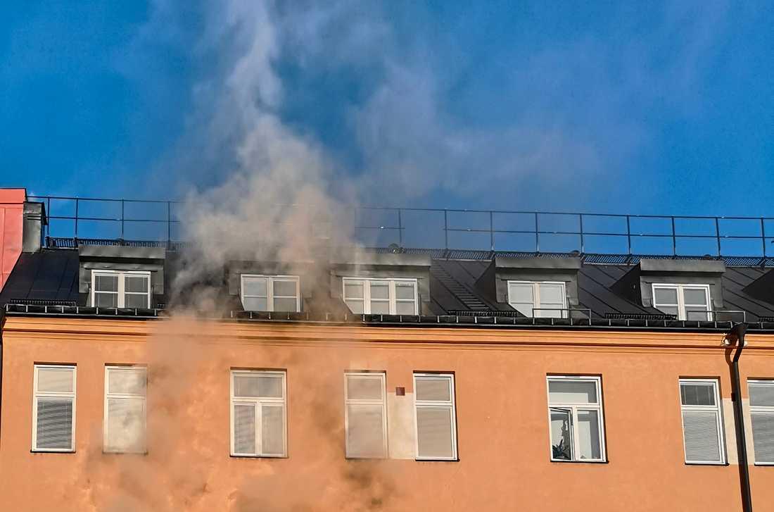 En person har skadats i samband med en lägenhetsbrand i centrala Sundbyberg.