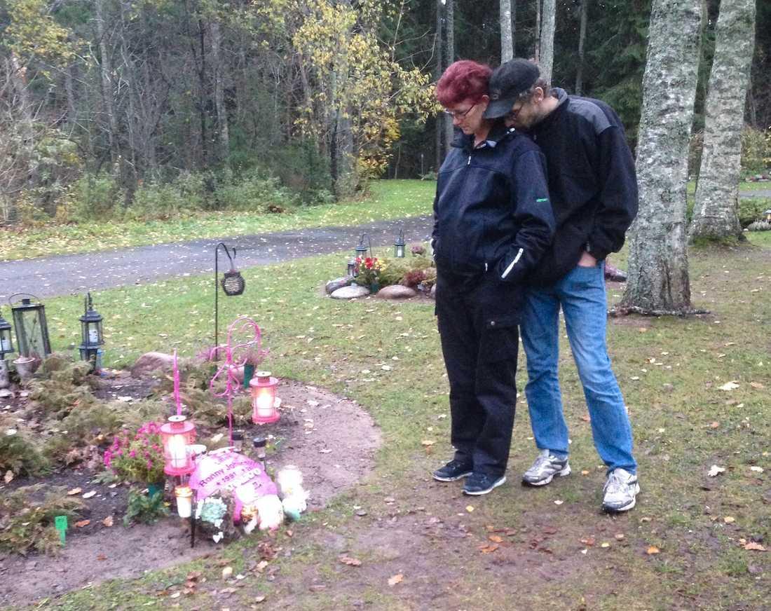 Annelie Sundlöf med maken Jan-Erik vid sonens grav.