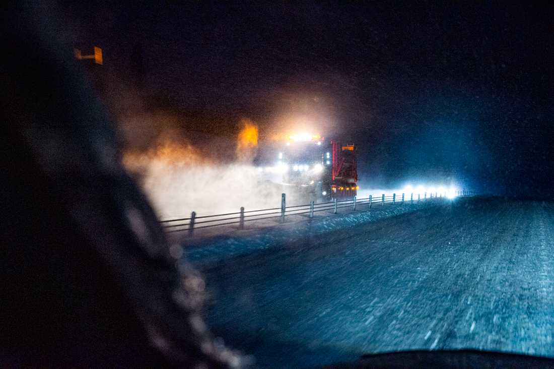 Plogbil efter riksväg 60 i Dalarna plogar bort snö på söndagsmorgonen