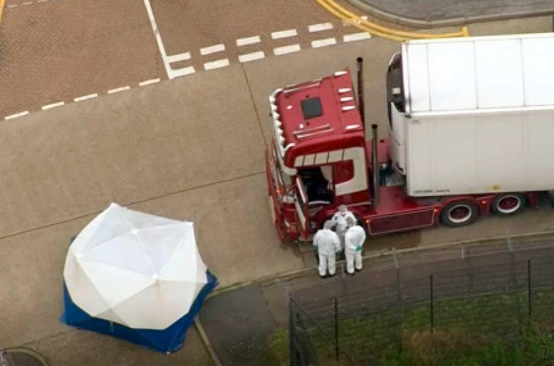 Kriminaltekniker undersöker lastbilen i Grays, öster om London. Mordutredningen som inletts är en av de största i Storbritanniens historia.