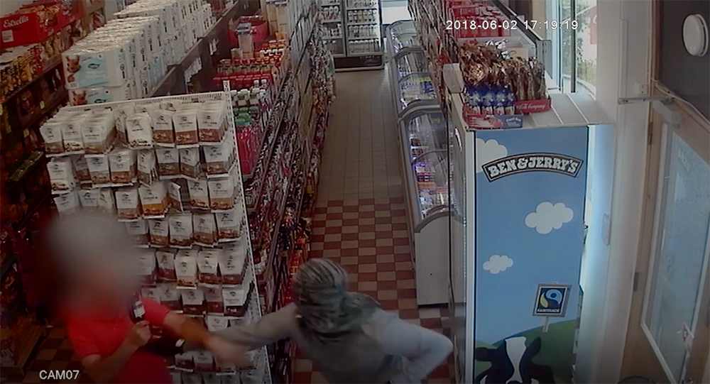 Rånaren jagas bort av butiksägaren, butiksbiträdet och ett vittne.