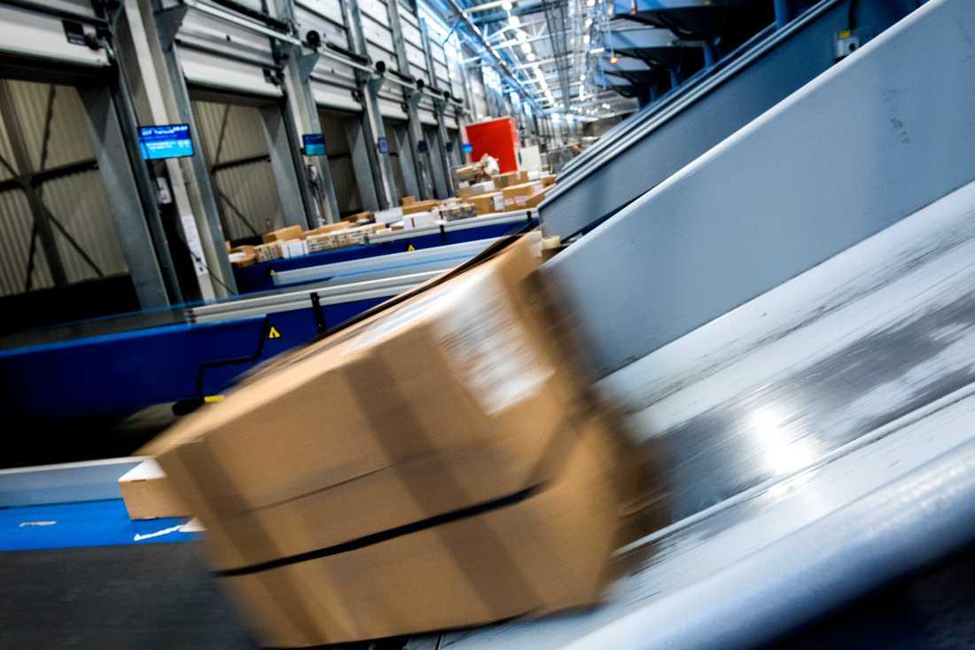 Paketsortering på söndagar och leveranser även på lördagar i vissa områden är några av åtgärderna som Postnord tar till för att hantera ökade paketflöden under julhandeln. Arkivbild.