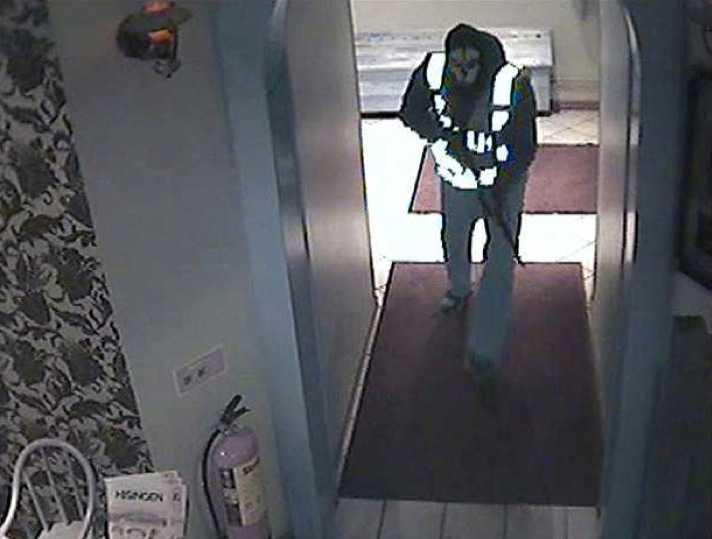 Övervakningsbilder visar den första gärningsmannen när han kommer in i restaurangen där morden begicks.