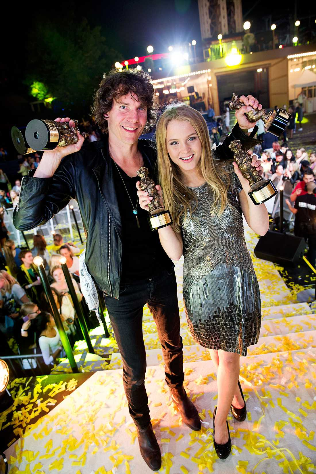 Håkan och Zara med några av alla sina priser.