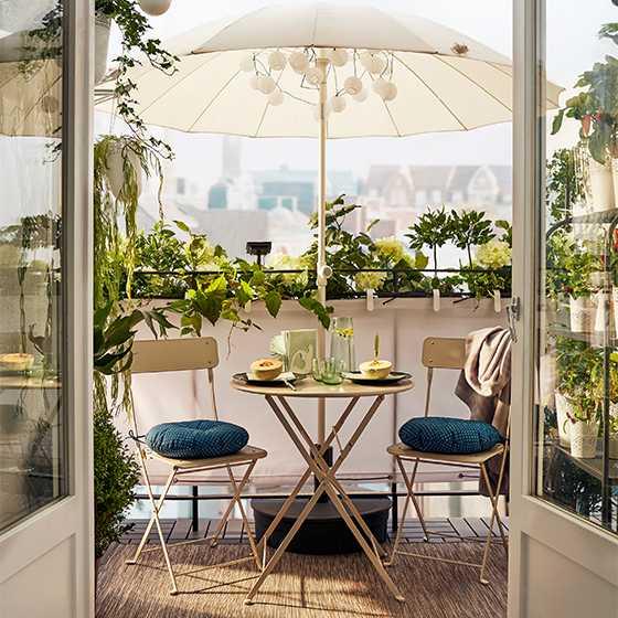 Bord och 2 klappstolar Saltholmen, 699 kr, stolsdyna, Ytterön, 50 kr, parasoll, Samsö, 249 kr, solcellsdriven ljusslinga, Solarvet, 199 kr. Allt från Ikea.