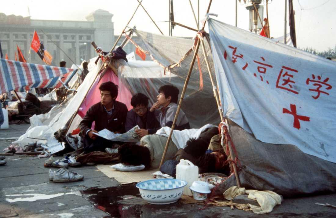 Ungdomar med flaggor och banderoller demonstrerar på Himmelska fridens torg i Peking 1989. De kinesiska myndigheterna kväste demokratirörelsen med sanslöst övervåld. Arkivbild.