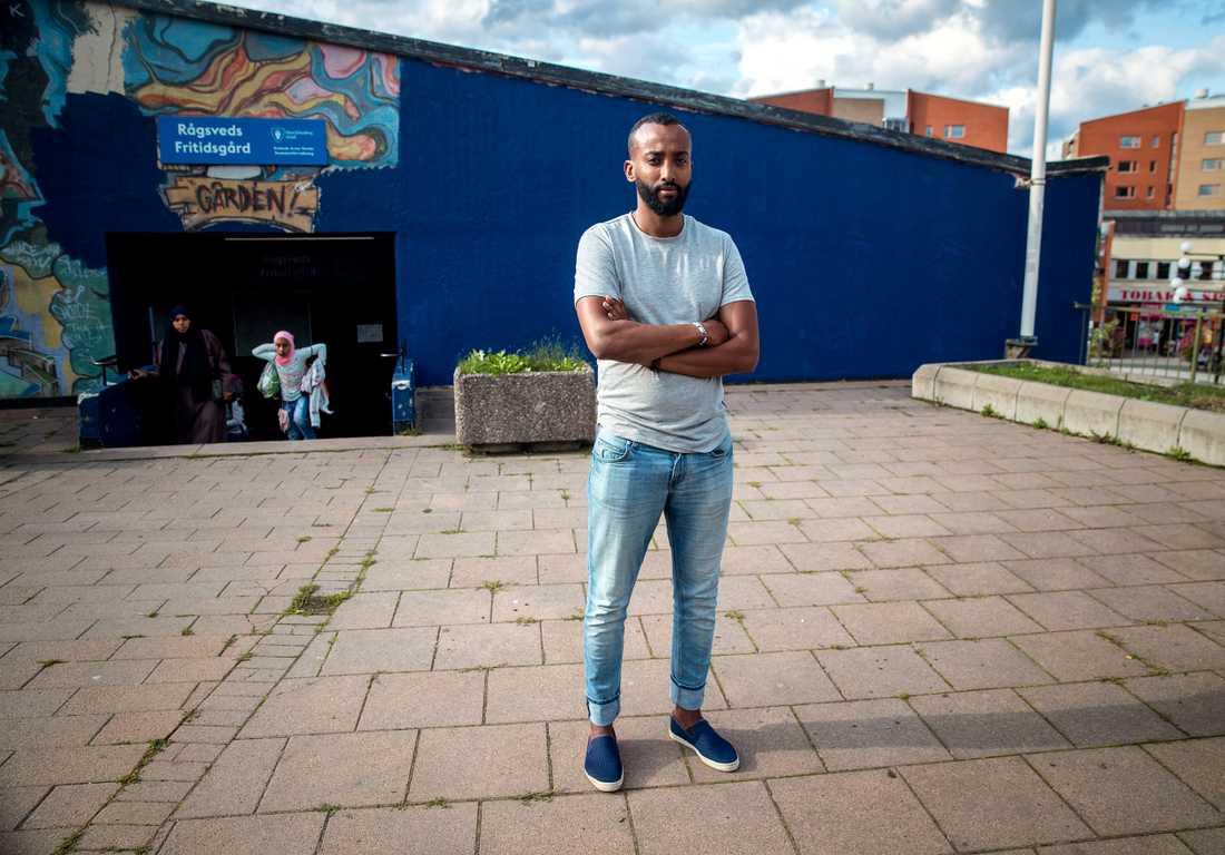 """Hassan Jama bor i Rågsved. """"Jag blir ledsen och arg"""", säger han om att målningen blivit övermålad."""