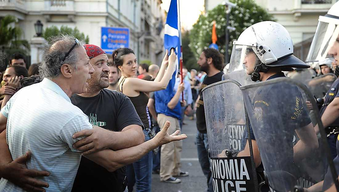 NU: GREKLAND Demonstranter i bråk med kravallpolis utanför parlamentet i Aten.