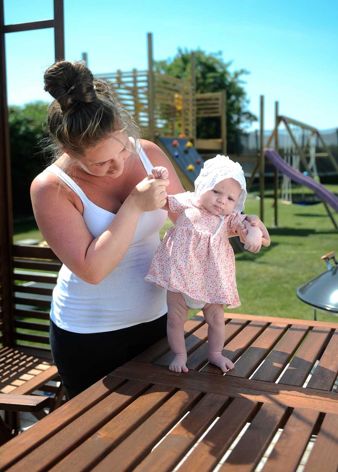 Catja Karlberg förra sommaren när lilla Anya bara var 3 månader.
