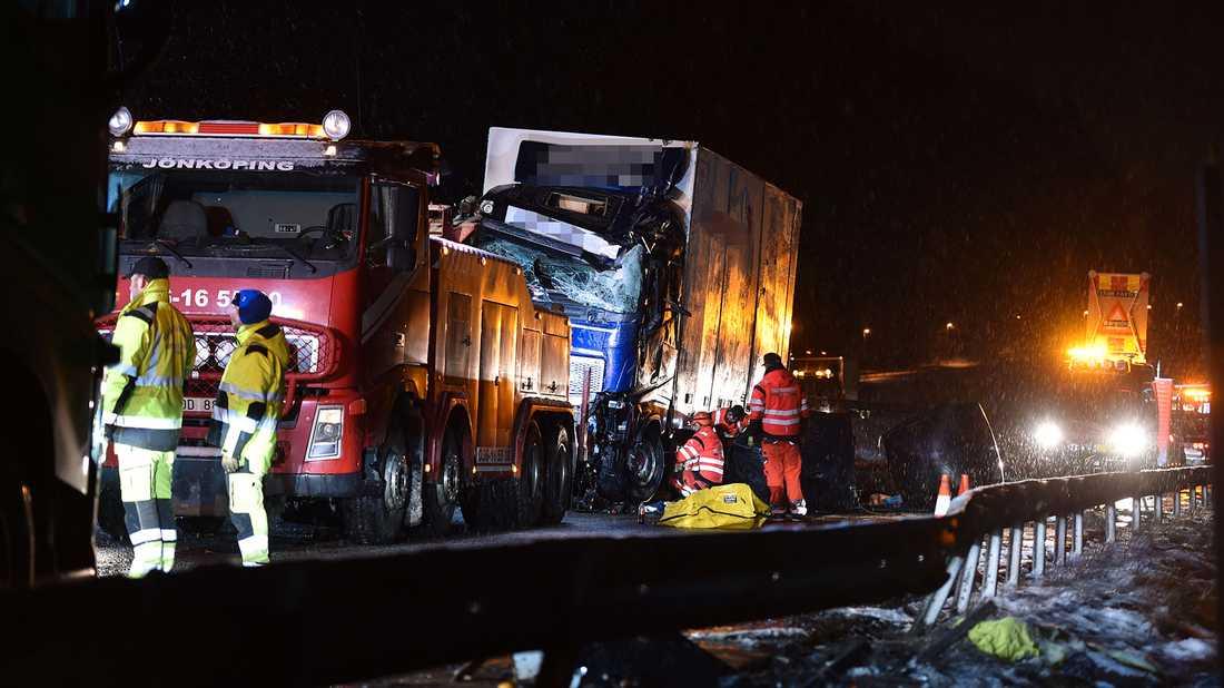 Bärgare på plats efter lastbilsolyckan.