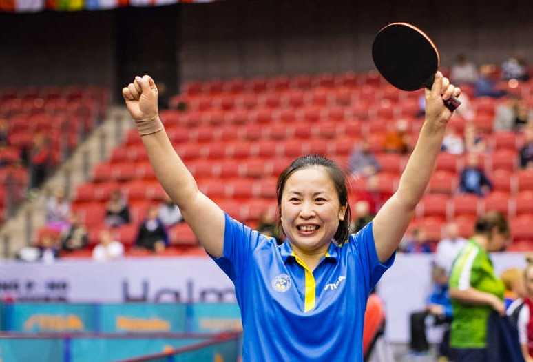 Li Fen jublar efter 4-0 i finalmatchen.