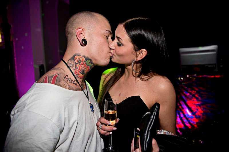 Linus Svenning pussas bara på sina villkor. Som här med dejten Johanna Jönsson under Melodifestivalen.