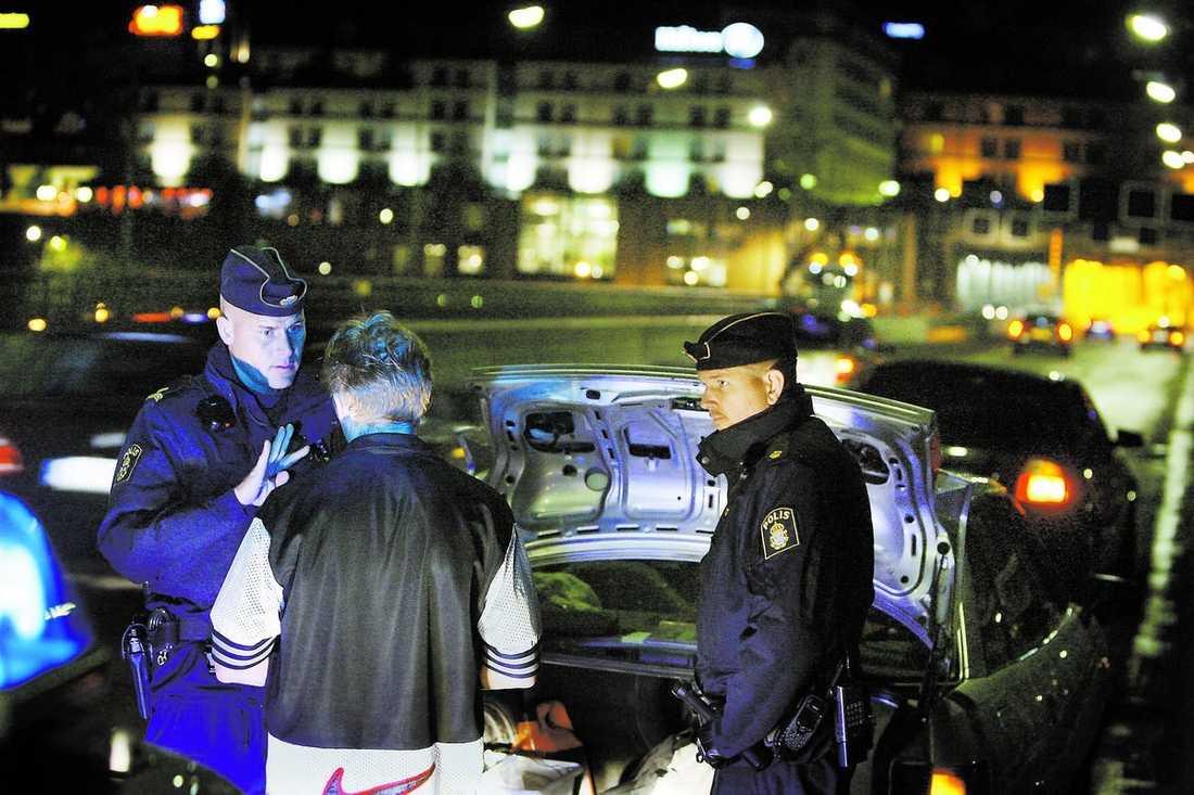 """Både den 45-årige mannen och 18-åringen blev av med sina bilar. De får inte tillbaka dem om inte åklagaren tillåter det. """"Det är ett väldigt effektivt sätt att minska brottsligheten"""", säger Kristoffer Samsing, polisinspektör."""