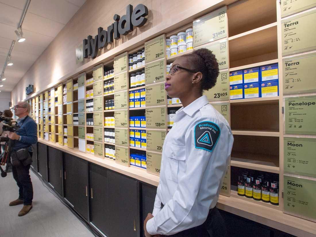 En cannabisbutik i Montréal inför öppning.