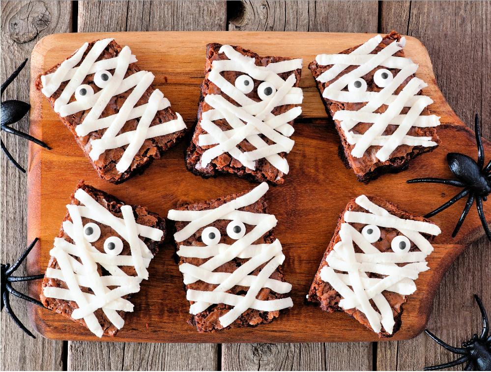 Dekorera brownies med glasyr så de blir söta mumier.